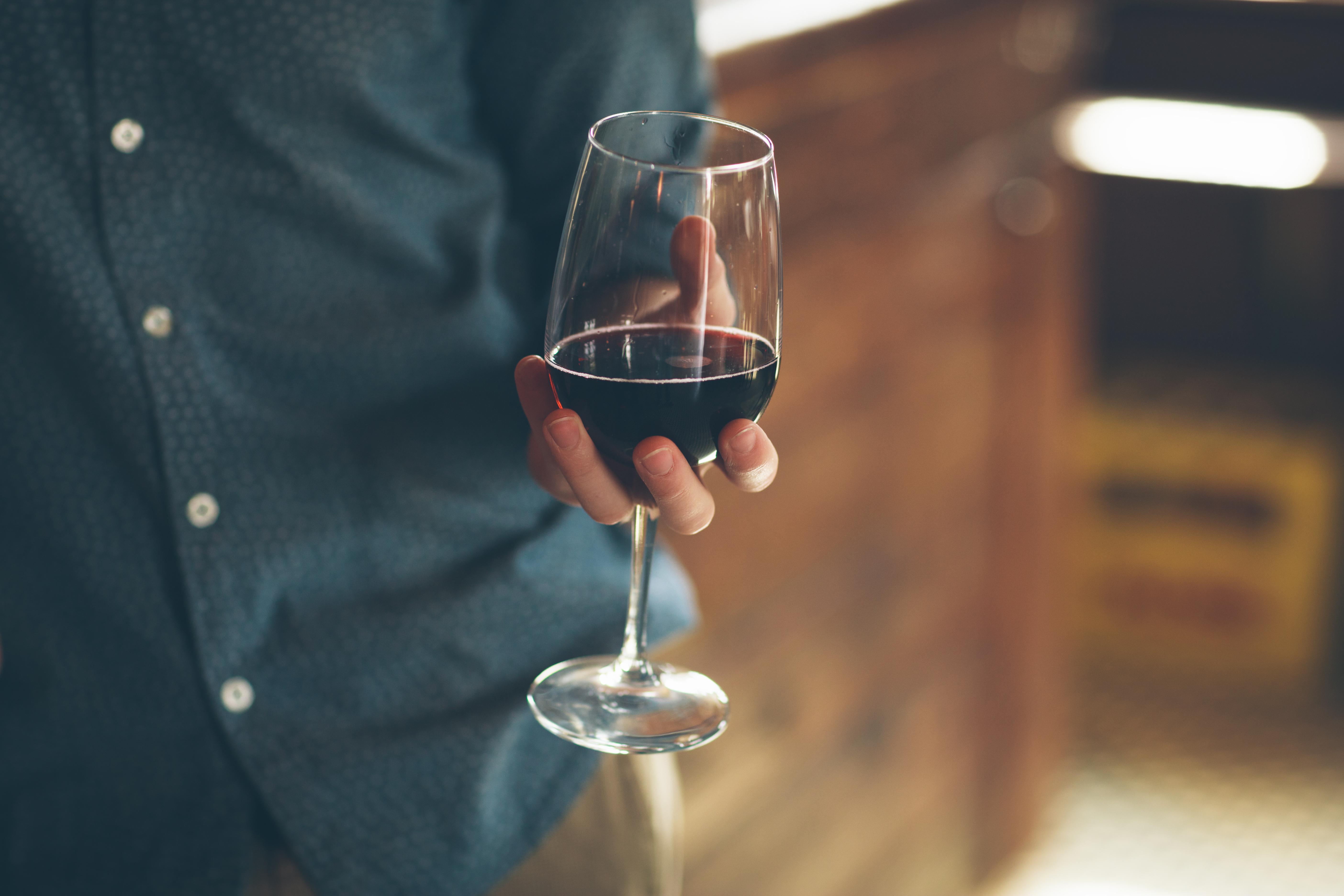 Открытки февраля, картинки бокал вина в руке